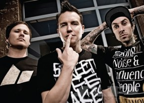 Blink-182 отменили концерт из-за болезни музыканта