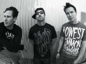 Трэвис Баркер будет летать с Blink-182