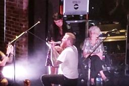 Гитарист MASTODON сделал предложение своей женщине на концерте