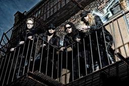 Из STRYPER ушел бас-гитарист